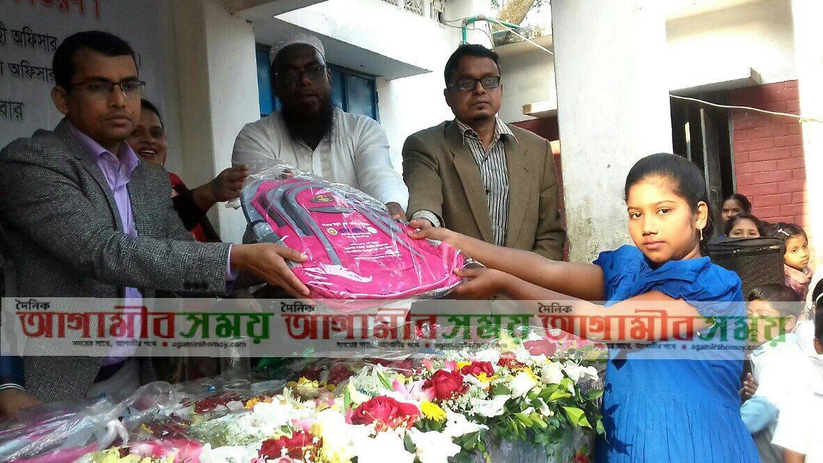 নবাবগঞ্জে দরিদ্র ও মেধা শিক্ষার্থীদের মাঝে স্কুল ব্যাগ বিতরণ