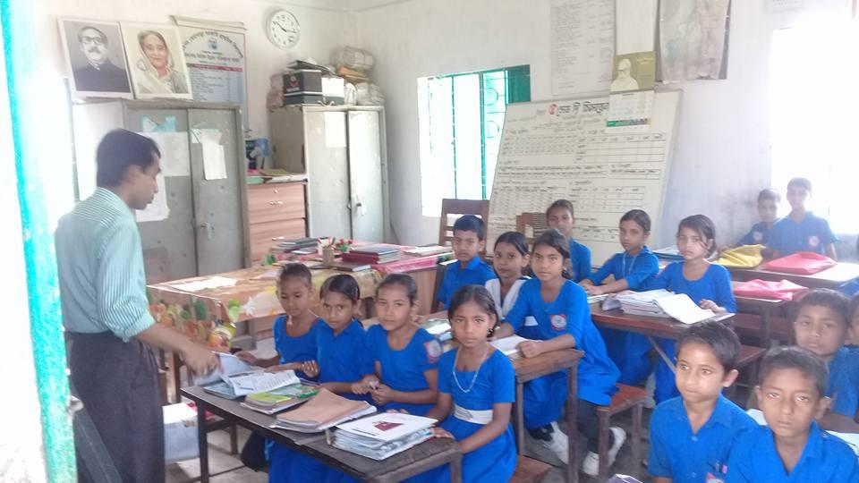 নাসিরনগরে ঝুঁকিপূর্ণ ও পরিত্যক্ত বিদ্যালয়ে বারান্দায় ক্লাশ
