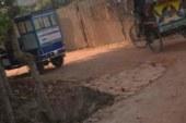 সংবাদ প্রকাশের পর ব্যবস্থা নেননি প্রশাসন নবাবগঞ্জে এলজিইডি'র রাস্তা নির্মানে মিলেমিশে হরিলুটের অভিযোগ