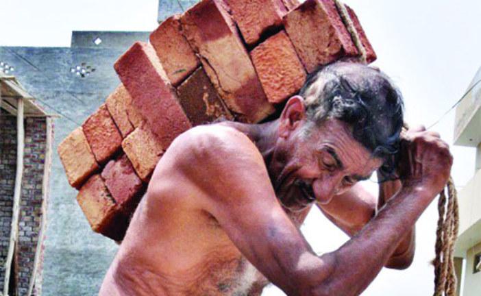 শ্রমিকের সবচেয়ে কম মজুরি:নারীরা মজুরিবৈষম্যে শ্রমজীবী মানুষের অধিকারেরকথা