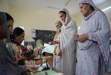 পাকিস্তানে ভোটকেন্দ্রে নারীদের বিপুল উপস্থিতি