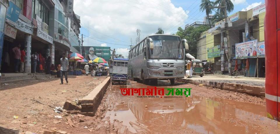 দোহার নবাবগঞ্জের আঞ্চলিক মহাসড়কে পানিনিষ্কাশনের ব্যবস্থা না রেখে চলছে রাস্তার কাজ