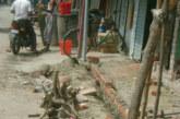 উলিপুরে চৌমহনী বাজারে সরকারী রাস্তা ঘেষে দোকানঘর ও বারান্দার ওয়াল নির্মাণ