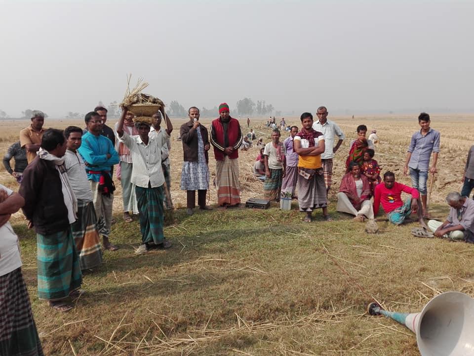 নওগাঁর মান্দায় সেচ্ছাশ্রমে রাস্তা নির্মাণ