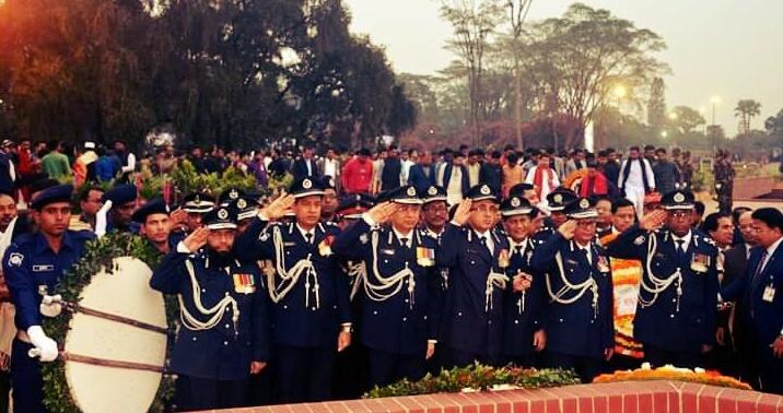 জাতীয় স্মৃতিসৌধে ফুল দিয়ে শ্রদ্ধা নিবেদন- পুলিশ বাহিনী বাংলাদেশ