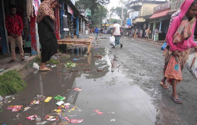 জগন্নাথপুরের রানীগঞ্জ বাজারে কাঁদাযুক্ত পানি জমে জনসাধারনের চলাচলে সিমাহীন দূর্ভোগ