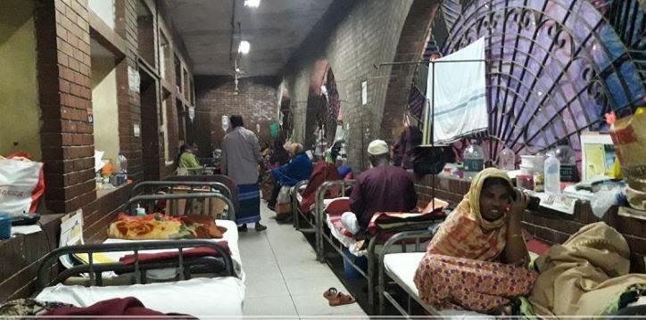 হাসপাতালের মেঝে-বারান্দায় রোগী,'স্বাস্থ্যসম্মত নয়, দৃষ্টিকটু'