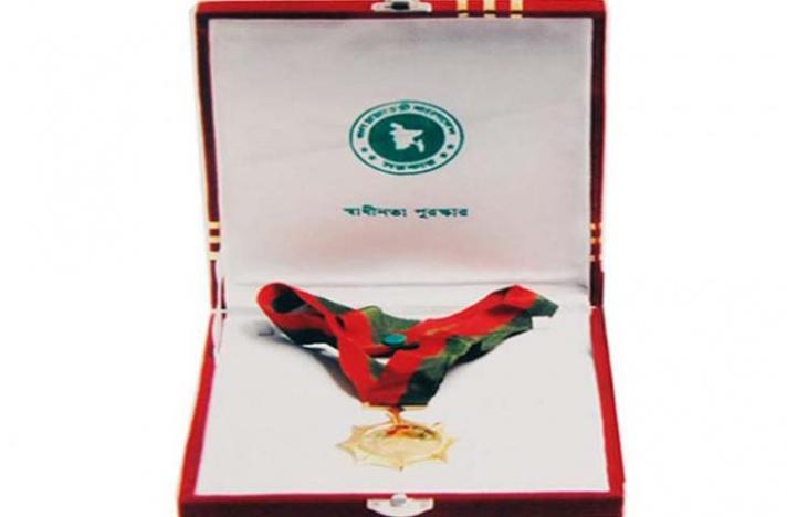 স্বাধীনতা পদক তুলে দিচ্ছেন প্রধানমন্ত্রী