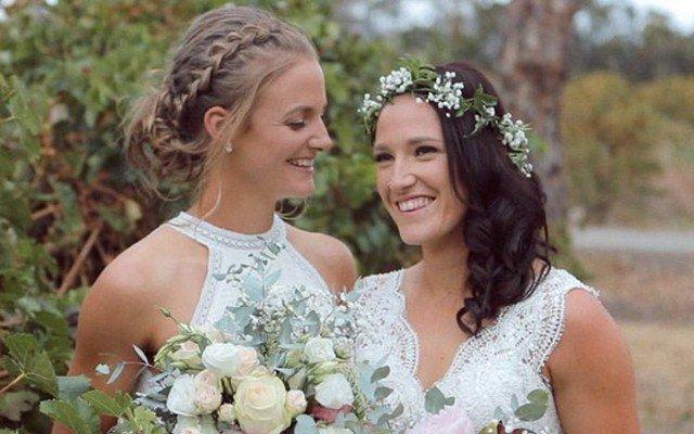 দুই দেশের দুই নারী ক্রিকেটার একে অপরকে বিয়ে করলেন