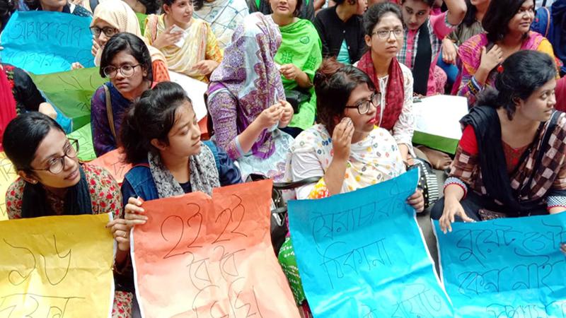 ১৬ দফা দাবিতে উত্তাল বুয়েট, ভেতরে তালা রাজপথে শিক্ষার্থীরা