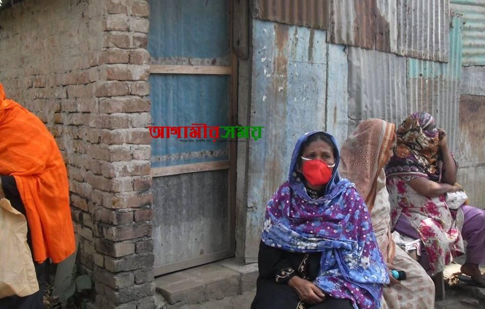 নবাবগঞ্জে ইউএনও'র হস্তক্ষেপে সঠিক ওজনের চাল পেল দরিদ্ররা