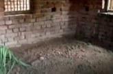 বন্যায় ভাসছে পুরো গ্রাম, ঘরের মেঝেতেই দাফন বাবাকে